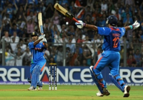Dhoni Hits the winning six  Credit : INDRANIL MUKHERJEE/AFP/Getty Images